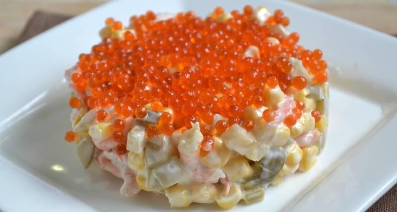 Салат по королевски с креветками и икрой